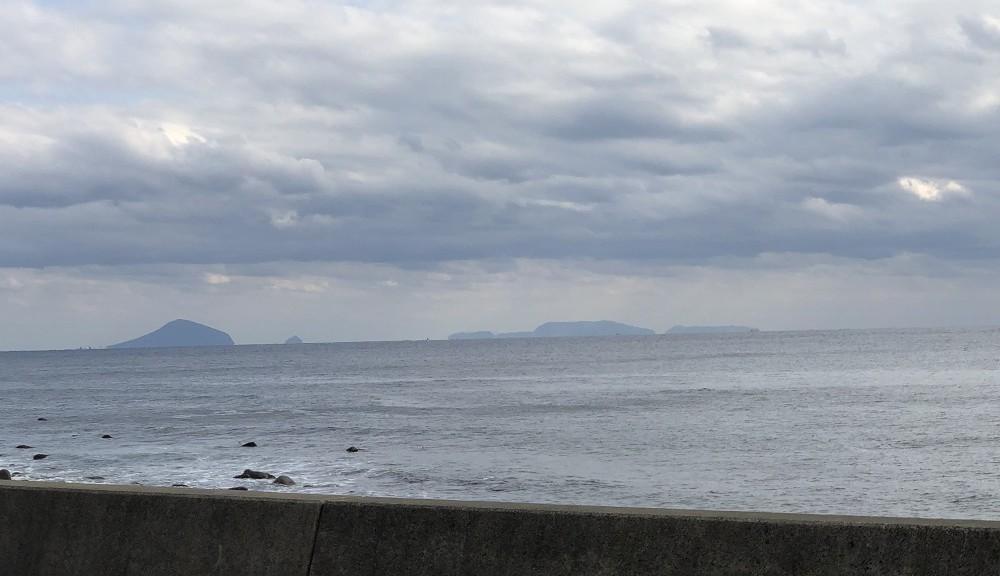 伊豆七島、左から利島、新島、三宅島が見えます。