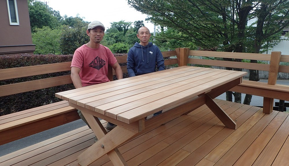 完成したデッキで、吉井さんと記念撮影