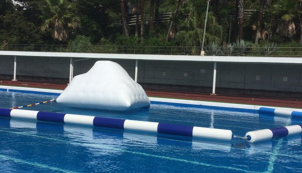 伊豆海洋公園プールに出現、バルーン滑り台