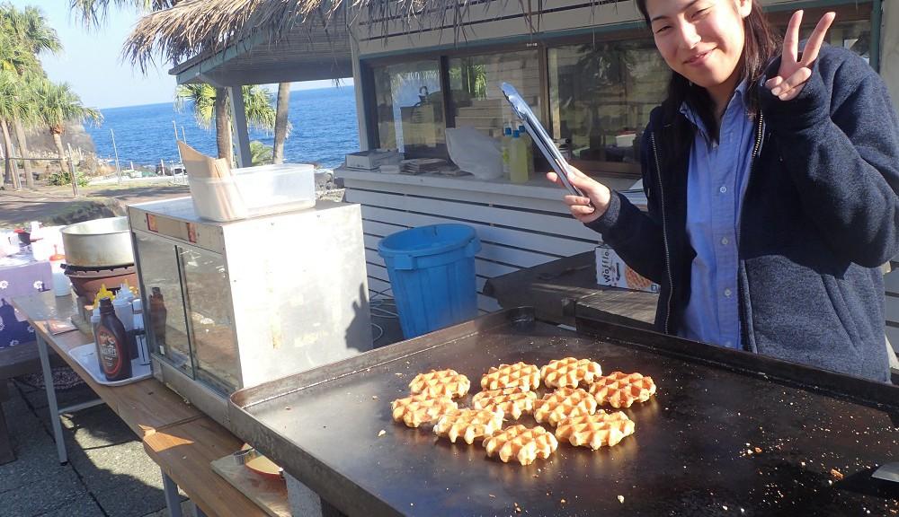 最高の笑顔で、ワッフルを焼くIOPスタッフ八木ちゃんです。