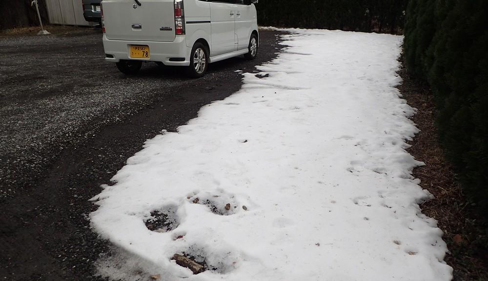 駐車場に残る雪