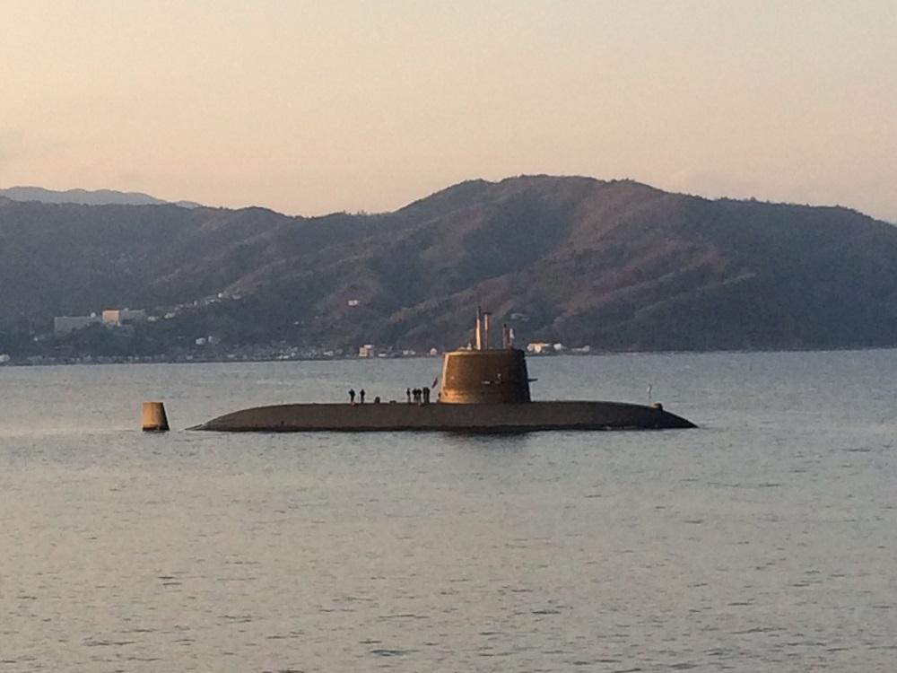 伊東港沖にて、潜水艦