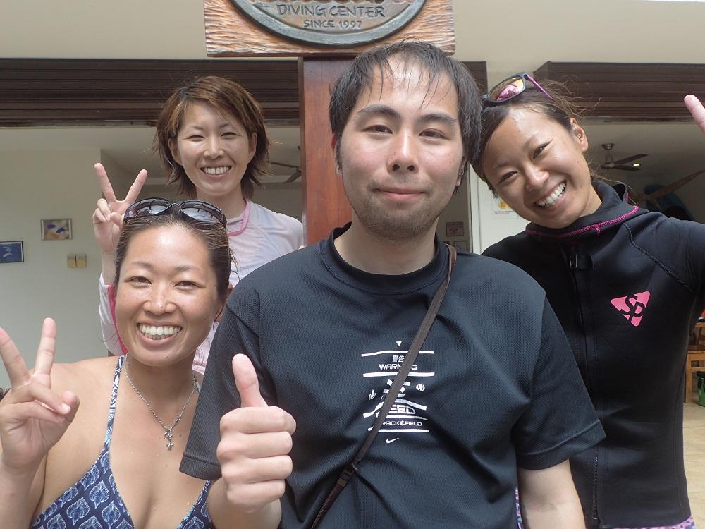 井上様も女性スタッフに囲まれ、照れながらも初の海外ダイビングを楽しみました。