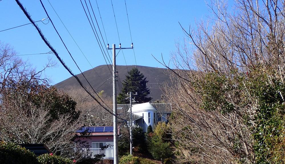 見上げると大室山