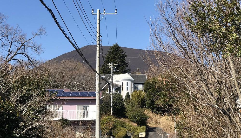 青い空に映える大室山