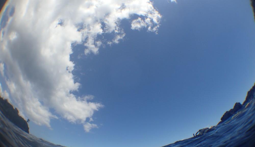 水面から見た空