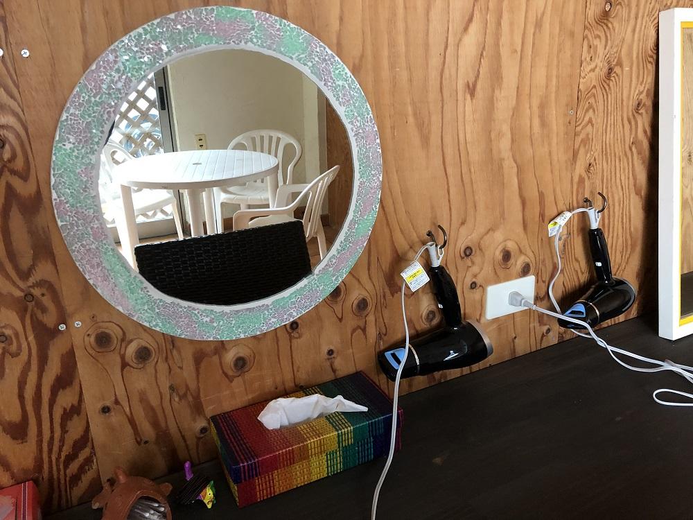 パウダールームにはドライヤー、鏡