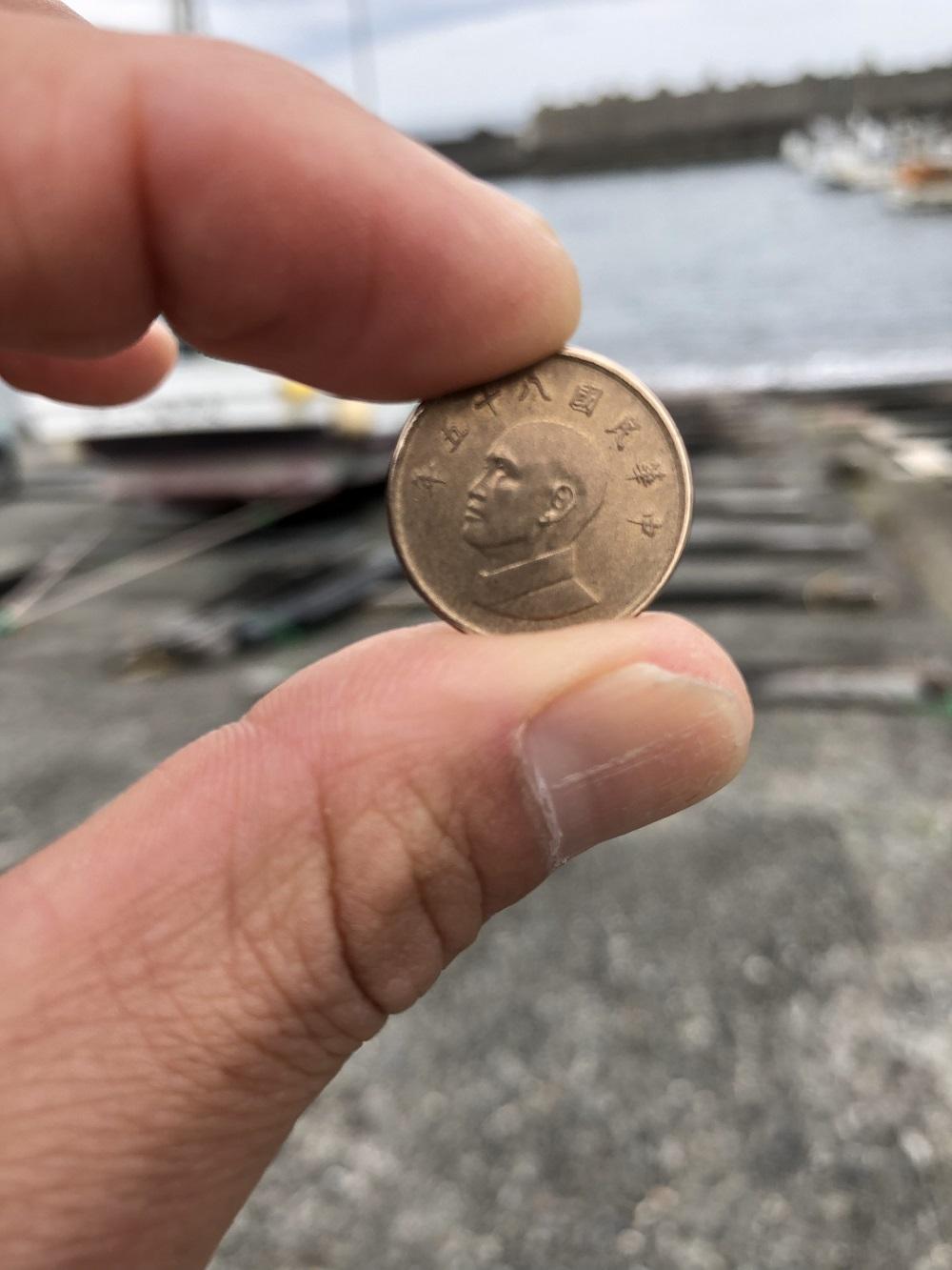 港の駐車場に落ちていた台湾硬貨の裏