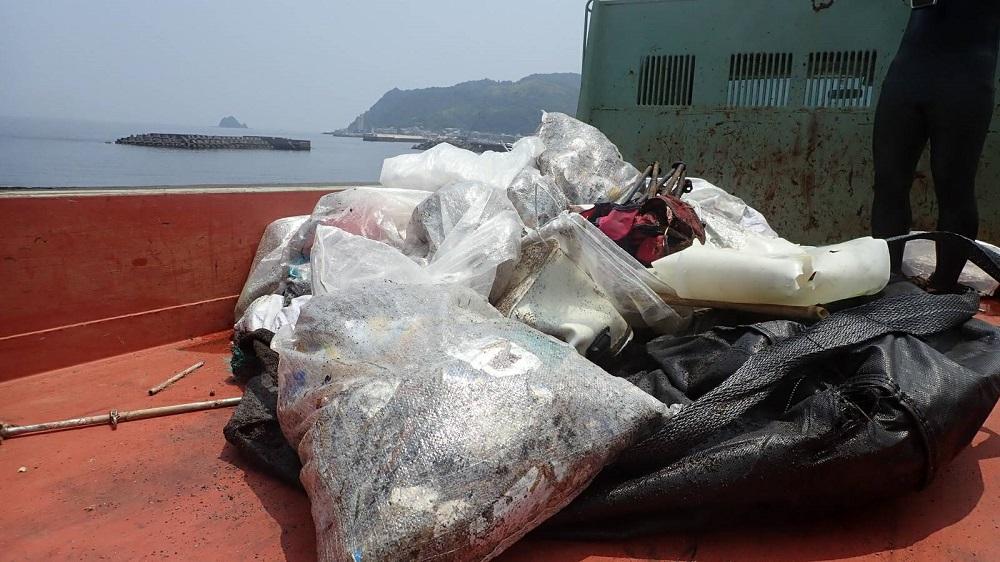 伊東市オレンジビーチ水中清掃で回収したゴミ