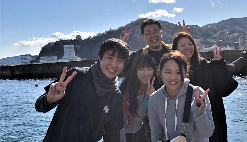 天気は最高、熱海城をバックに全員集合!