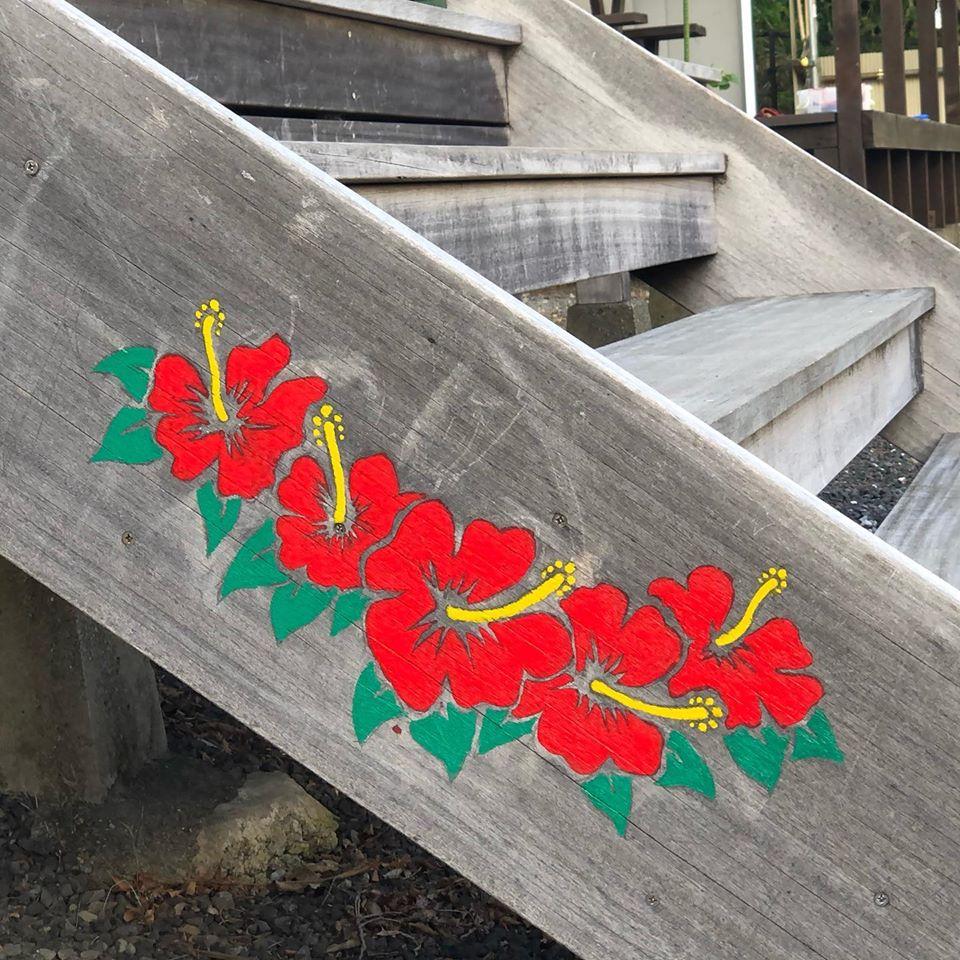 階段に咲くハイビスカス