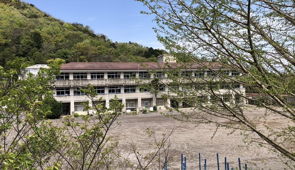 雰囲気ある海の見える川奈小学校